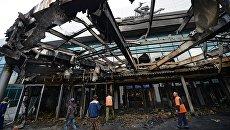 Рабочие у входа в киноконцертный театр Космос в Екатеринбурге, пострадавший в результате пожара