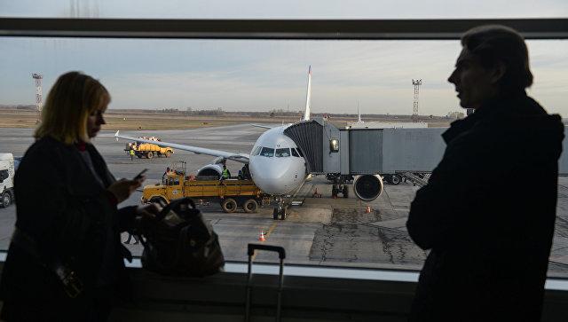 Пассажиры в зале ожидания аэропорта. Архивное фото