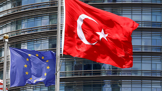 Флаги ЕС и Турции у штаб-квартиры ЕС в Брюсселе. Архивное фото