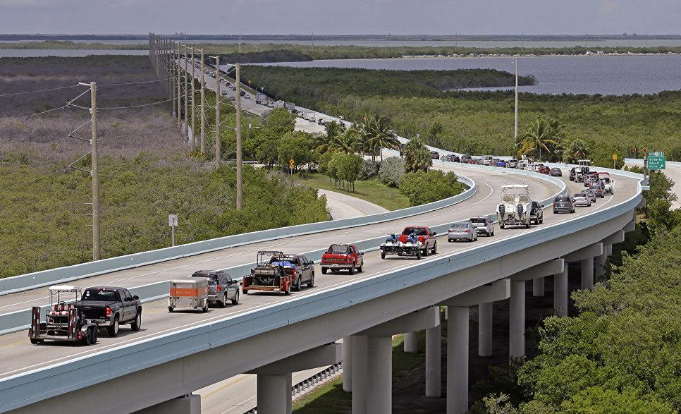 Водители направляются к северу от Ки-Ларго, штат Флорида, США