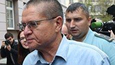 Экс-министр экономического развития Алексей Улюкаев у здания Замоскворецкого суда. 7 сентября 2017