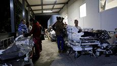 Пациенты около Института социального обеспечения и услуг для государственных работников после землетрясения, ударившегося с южного побережья Мексики в конце четверга в Пуэбла, Мексика. 8 сентября 2017