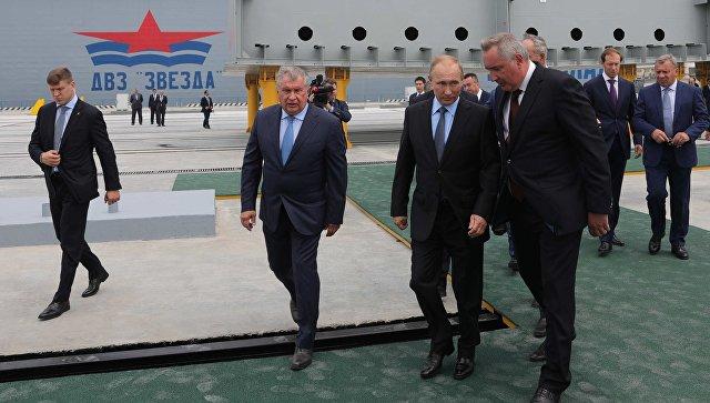 Президент РФ Владимир Путин во время посещения дальневосточного судостроительного комплекса Звезда. 8 сентября 2017