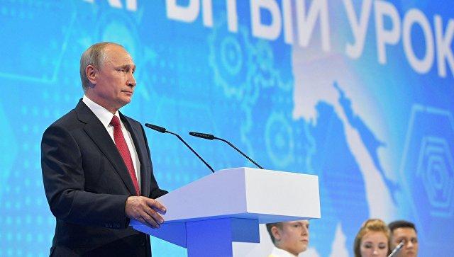 Президент РФ Владимир Путин выступает на всероссийском открытом уроке Россия, устремленная в будущее в Ярославле. 1 сентября 2017