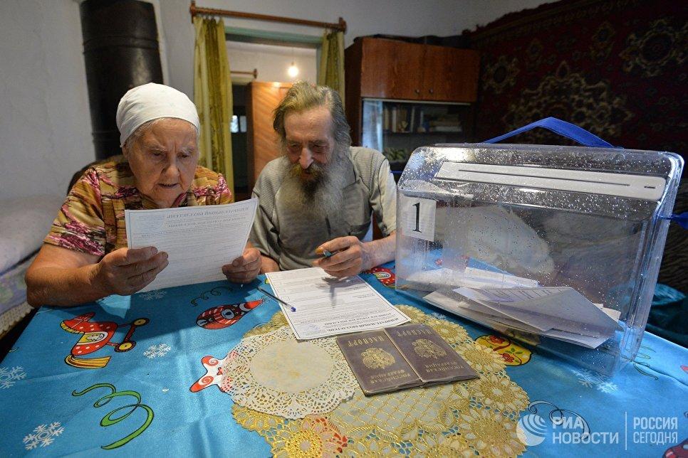 Жители поселка Роза во время голосования на дому в день выборов депутатов в поселковый Совет. 10 сентября 2017