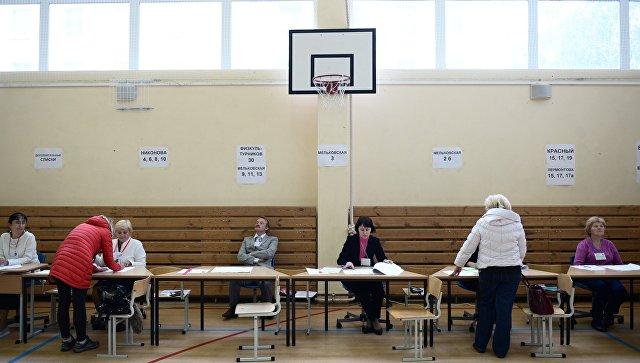 Избиратели в единый день голосования на избирательном участке. Архивное фото