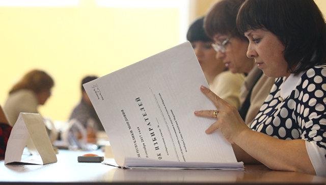 Члены избирательной комиссии в единый день голосования на избирательном участке. 10 сентября 2017