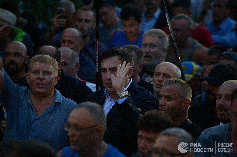 Бывший президент Грузии, экс-губернатор Одесской области Михаил Саакашвили (в центре)у пункта пропуска Шегени на украинско-польской границе