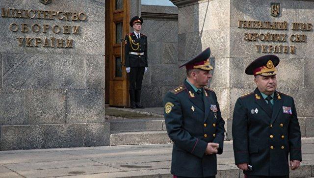 Степан Полторак у здания Министерства обороны Украины в Киеве