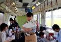 Гражданский активист держит кота в котопоезде в городе Огаки, Гифу, Япония. 10 сентября 2017