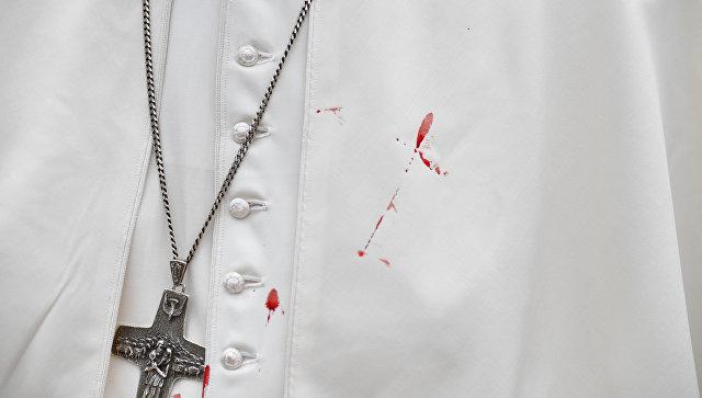 Кровь на тунике Папы Римского Франциска после удара о металлическую перегородку папамобиля. 10 сентября 2017