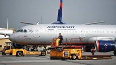 Аэродромный тягач Goldhofer и самолет авиакомпании Аэрофлот Airbus A321 в аэропорту Шереметьево. Архивное фото