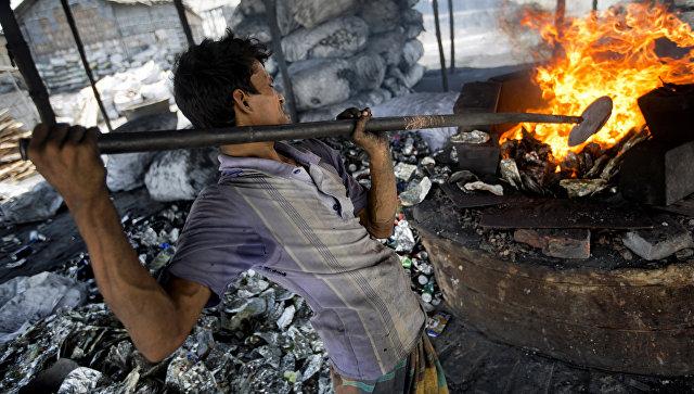 Мохаммад Джамал расплавляет алюминиевые отходы на заводе по переработке на окраине Дакки, Бангладеш