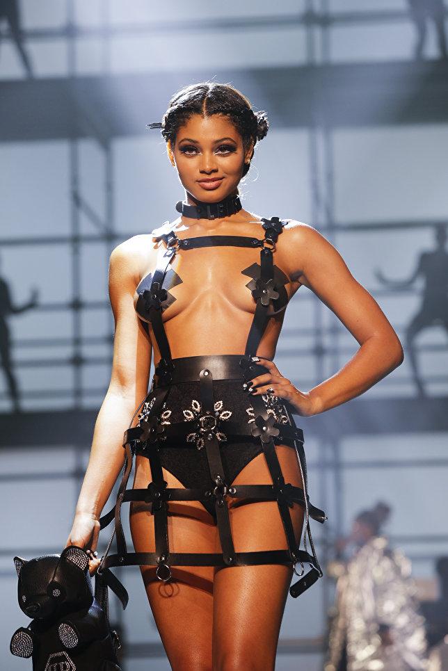Модель во время показа коллекции немецкого модельера Филиппа Плейна на неделе моды в Нью-Йорке