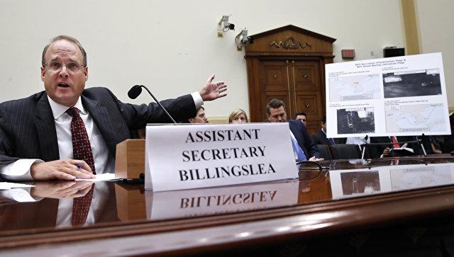 Помощник министра финансов США Маршалл Биллингсли демонстрирует спутниковые снимки на слушаниях по КНДР в комитете палаты представителей по международным делам конгресса США. 12 сентября 2017