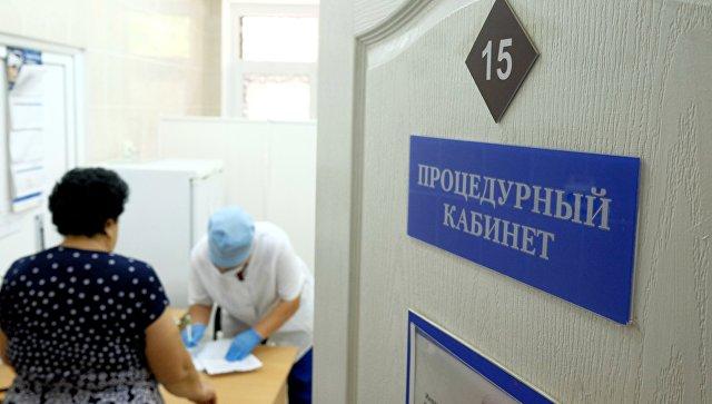 Женщина в процедурном кабинете на приеме врача. Архивное фото