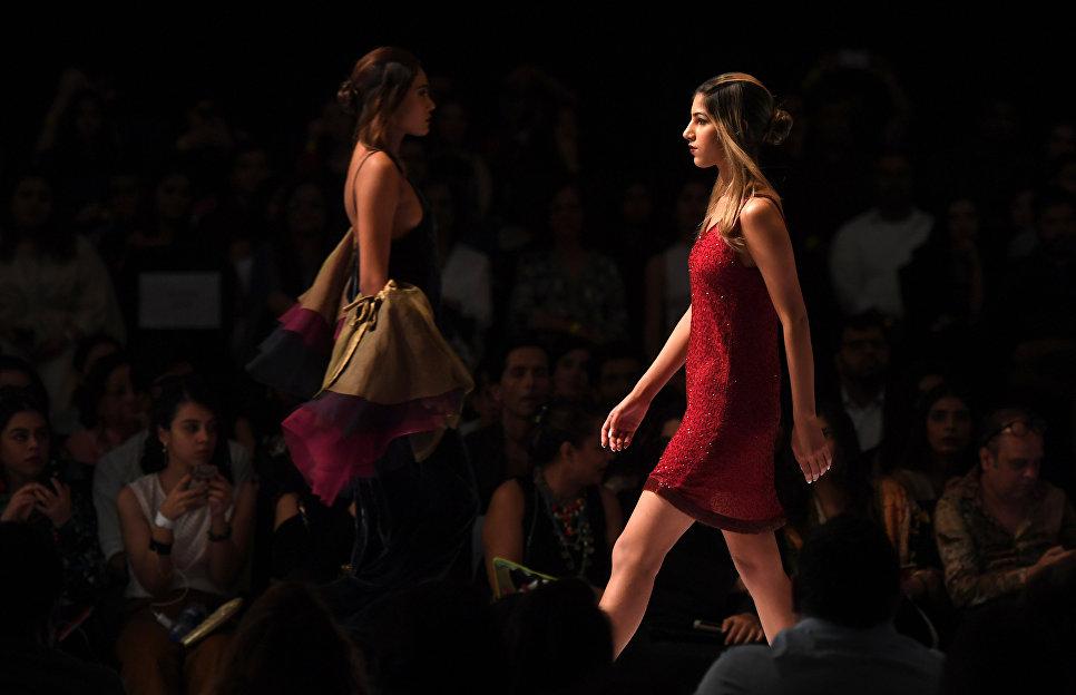 Показ коллекции Sadaf Malaterre на Неделе моды в Карачи, Пакистан