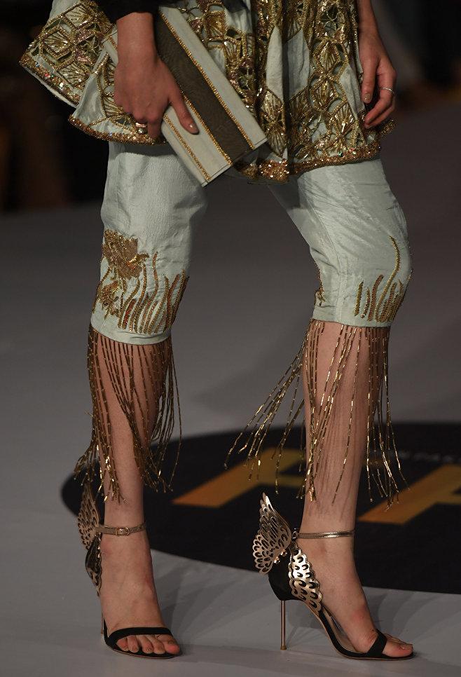 Показ коллекции Erum Khan на Неделе моды в Карачи, Пакистан
