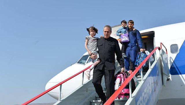 Полномочный представитель Чеченской Республики при президенте РФ Зияд Сабсаби и председатель правительства Чеченской Республики Руслан Эдельгериев с детьми, возвращенными из Ирака. 14 сентября 2017