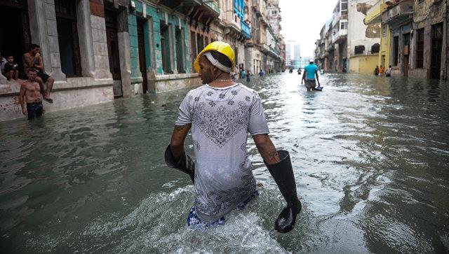 Кубинцы на затопленной улице в Гаване. Архивное фото