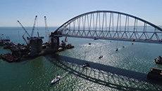 Яхты прошли парадом под аркой Крымского моста во время парусной регаты
