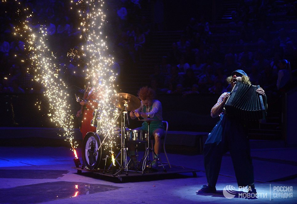 Участники клоунского трио Без Носков выступают на гала-шоу всемирного фестиваля циркового искусства Идол