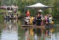 Участники VI Елисаветинского крестногой хода во время переправы через Москву-реку из села Ильинское в село Усово