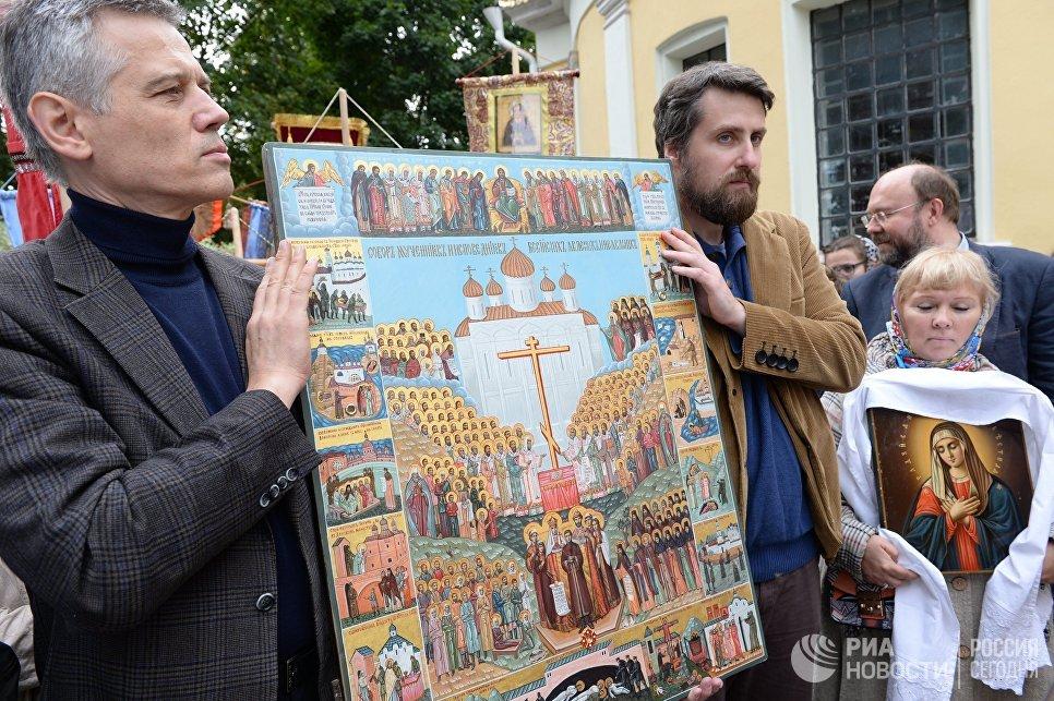 Верующие у храма Ильи Пророка в селе Ильинское в Московской области