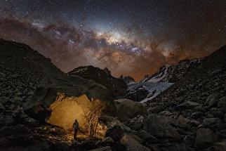 Снимок фотографа Юрия Звездного из России Wanderer in Patagonia, победивший в категории Люди и космос в фотоконкурсе Insight Astronomy Photographer of the Year 2017