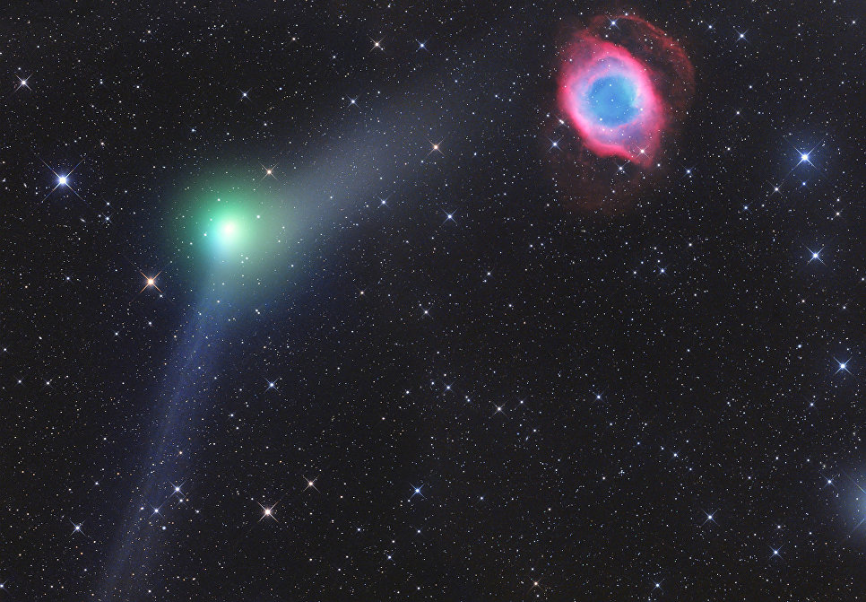 Снимок фотографа Джераля Реманна из Австрии Encounter of Comet and Planetary Nebula, получивший специальный приз в фотоконкурсе Insight Astronomy Photographer of the Year 2017