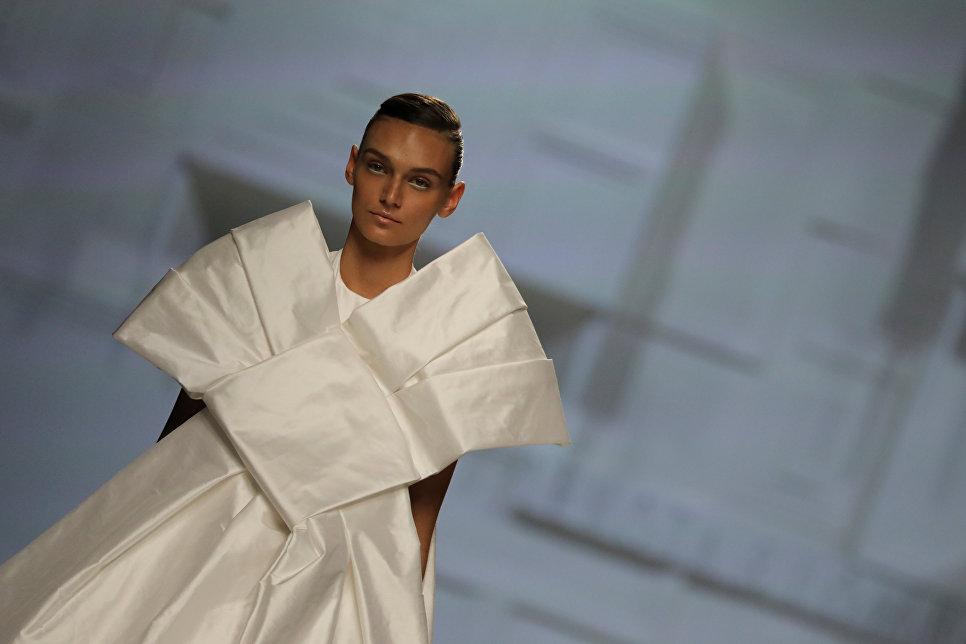 Модель во время показа коллекции модного дома Debota&Lomba на Неделе моды в Мадриде. 15 сентября 2017