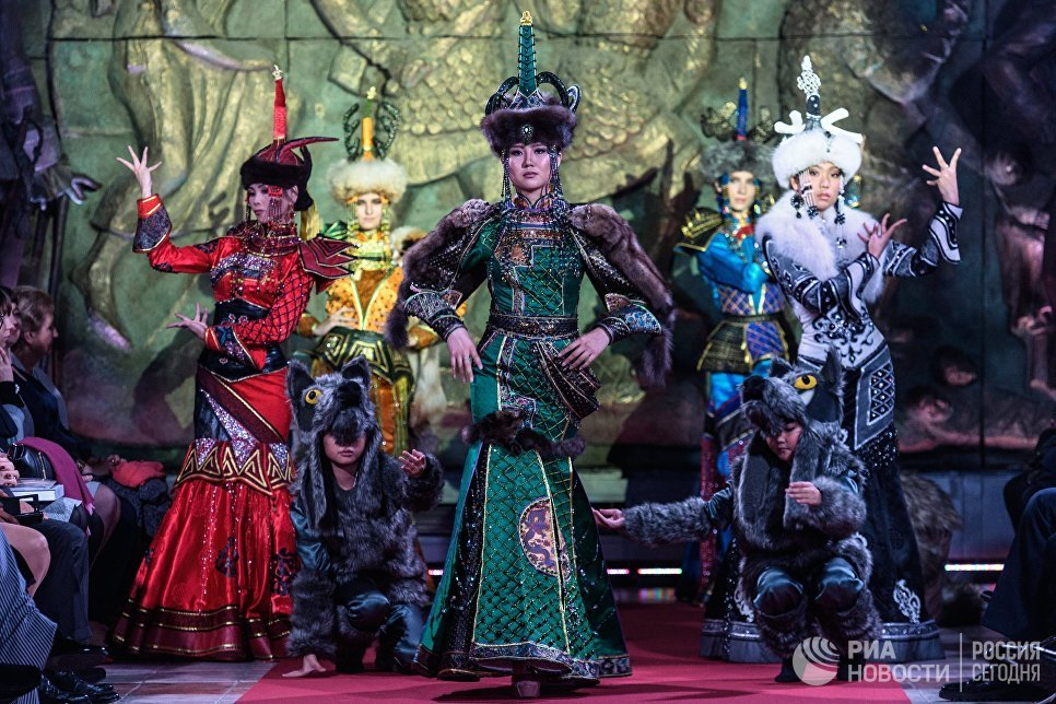 Модели демонстрируют одежду из новой коллекции дизайнера Елены Скакун в рамках международного этнокультурного фестиваля Этно Арт Фест 2017 в Москве