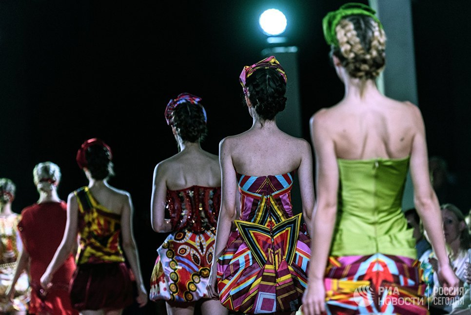 Модели демонстрируют одежду из новой коллекции Русская Жара дизайнера Валентина Юдашкина в рамках международного этнокультурного фестиваля Этно Арт Фест 2017 в Москве