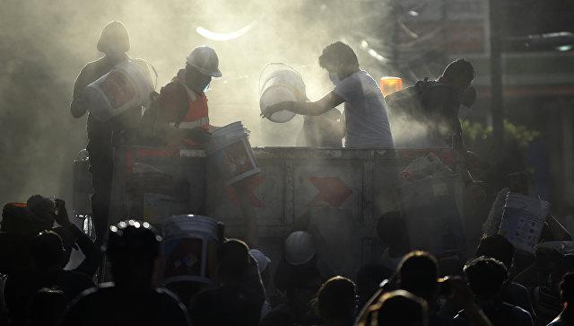Спасатели, пожарные, полицейские, солдаты и волонтеры ищут выживших после землетрясения в Мехико. Архивное фото