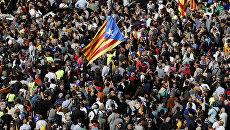 Участники акции протеста перед зданием департамента экономики Каталонии в Барселоне. 20 сентября 2017