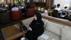 Женщина работает за компьютером в Саудовской Аравии. Архивное фото