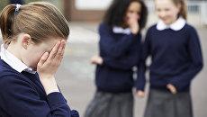 Ученицы начальной школы сплетничают на детской площадке