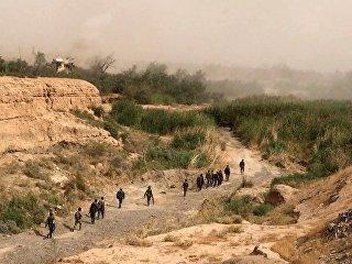 Сирийская армия и бойцы народного ополчения во время наступления в районе Джафра в Дейр-эз-Зоре. Архивное фото