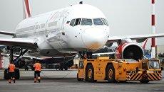 Аэродромный тягач и самолет Airbus A321 авиакомпании Royal Flight в аэропорту Шереметьево. Архивное фото