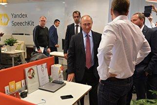 Президент РФ Владимир Путин во время посещения московского офиса отечественной ИТ-компании Яндекс. 21 сентября 2017