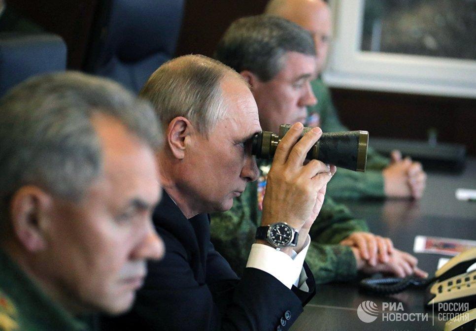 Президент РФ Владимир Путин во время инспекции действий вооружённых сил Союзного государства России и Белоруссии на основном этапе совместного стратегического учения Запад-2017 на полигоне Лужский