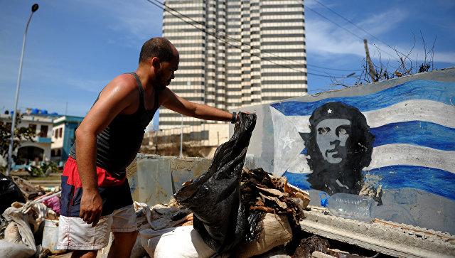 Во время уборки после прохождения урагана Ирма в Гаване на Кубе