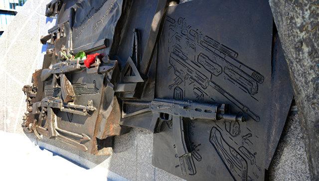 С монумента Калашникову снесли изображение чертежа германской винтовки