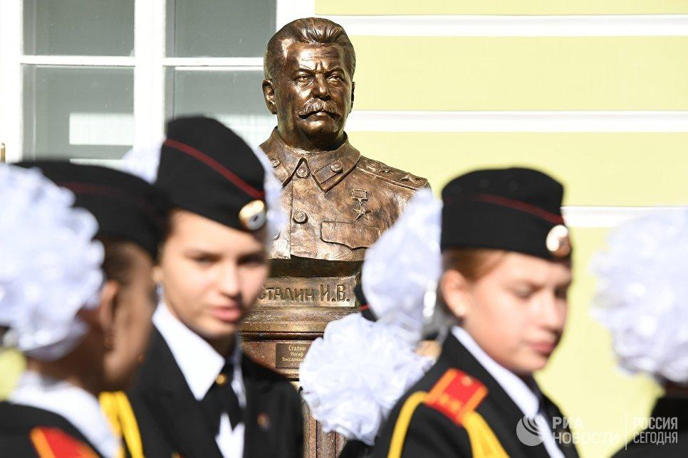 Pirmasis paminklas Josifui Džiugašviliui, Visariono sūnui, žinomam kaip Stalinas, pastatytas maskvoje po jo nužudym...