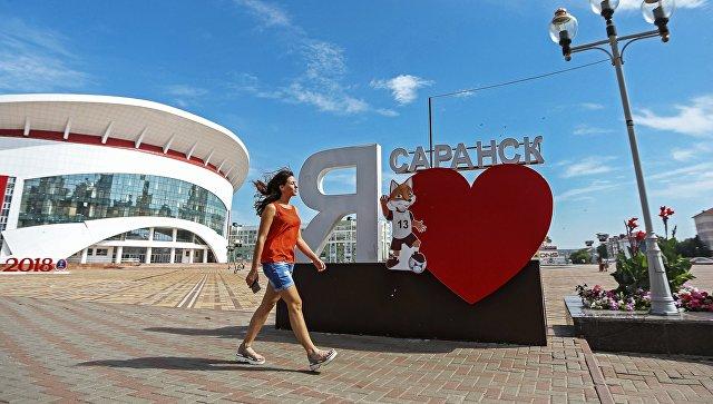 Девушка у инсталляции с талисманом Чемпионата мира по футболу-2018 волком Забивака на площади Тысячелетия в Саранске