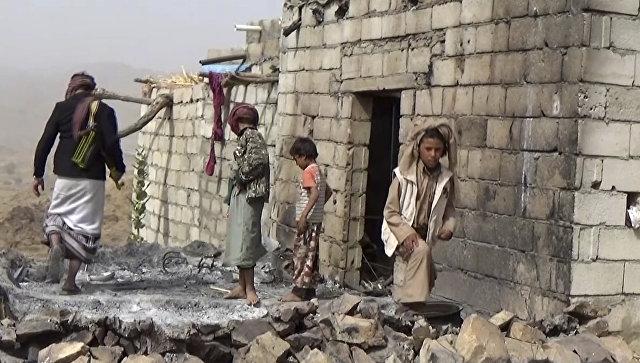 Местные жители осматривают разрушенный дом после авиаударов в Йемене. Архивное фото
