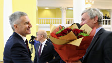 Губернатор Артур Парфенчиков принимает поздравления после инаугурации в здании Национальной библиотеки республики в Петрозаводске. 25 сентября 2017