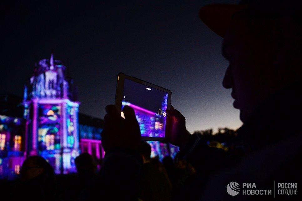 Аудиовизуальный спектакль Дворец чувств на здании Большого дворца в парке Царицыно в рамках VII Московского международного фестиваля Круг света в Москве