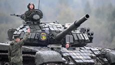 Военнослужащие на танке Т-72. Архивное фото