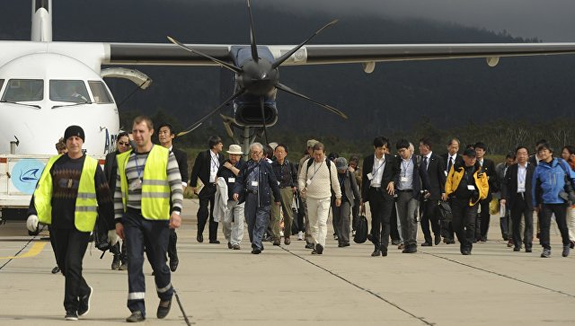Участники японской делегации в аэропорту Менделеево в Южно-Курильске на острове Кунашир. Архивное фото